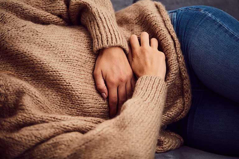 Đau tắt vùng bụng dưới là triệu chứng thường gặp khi bị u xơ tử cung