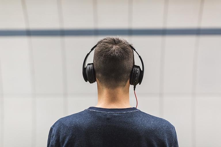 Hạn chế đeo tai nghe cũng như điều chỉnh âm lượng vừa đủ để tránh tác động mạnh lên vùng bị tổn thương
