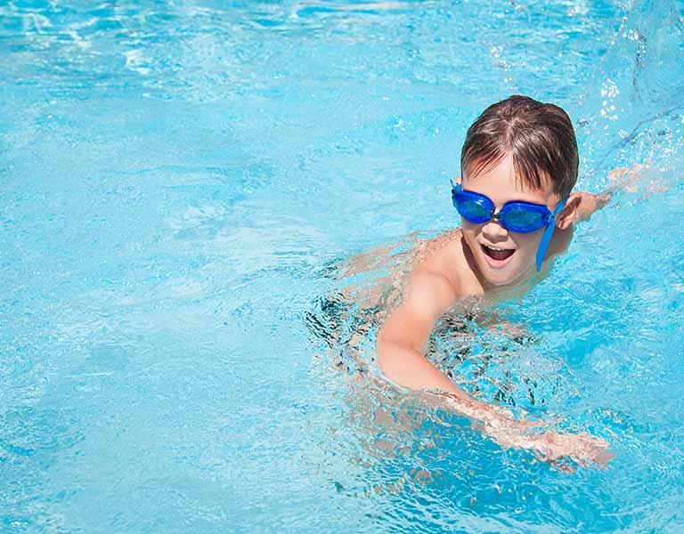 Phần nước đọng lại trong ống tai do bơi lội mang vi khuẩn xâm nhập và hình thành nên viêm nhiễm