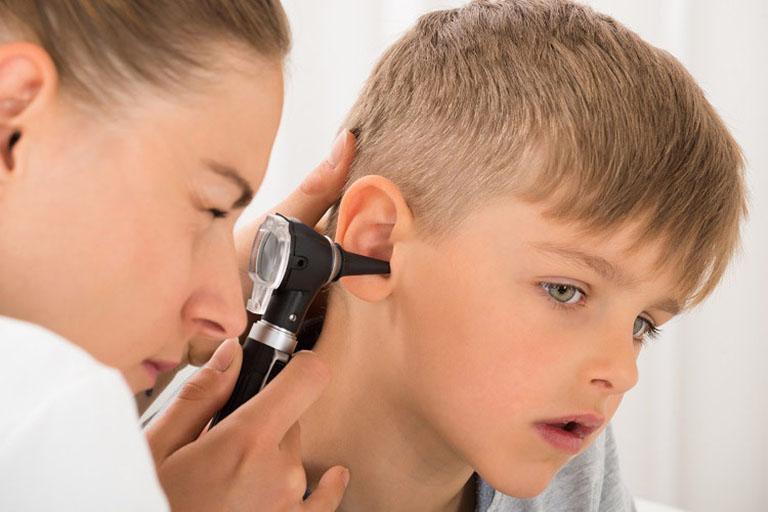 Nhanh chóng đưa trẻ thăm khám và chẩn đoán bệnh nếu nghi ngờ con trẻ bị viêm ống tai ngoài hoặc bệnh tình không có dấu hiệu tự khỏi sau khoảng 5 - 7 ngày