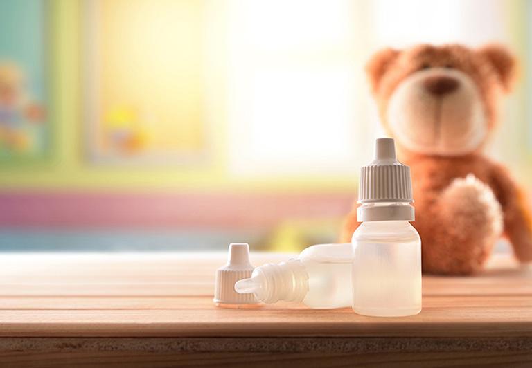 Sử dụng thuốc nhỏ tai điều trị bệnh viêm ống tai ngoài cho trẻ em theo sự chỉ dẫn của bác sĩ