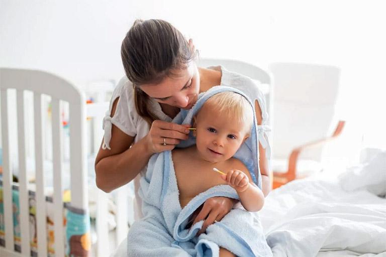 Giúp trẻ vệ sinh tai sau mỗi lần tắm hay bơi lội xong nhằm loại bỏ phần nước còn ứ đọng trong ống tai