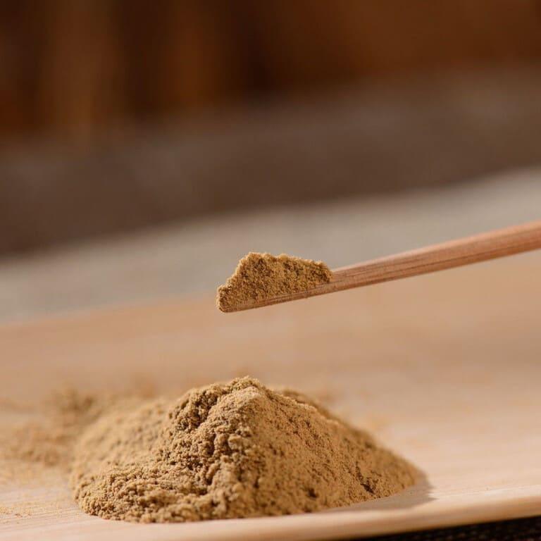 Đông trùng hạ thảo dạng bột được bào chế từ con trùng thảo khô Tây Tạng giá cả đắt đỏ không kém loại nguyên con
