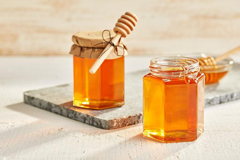 Trong mật ong có chứa hàm lượng lớn các thành phần hoạt chất hoạt động như vị thuốc kháng sinh tự nhiên, giúp ức chế vi khuẩn gây bệnh cho đại tràng