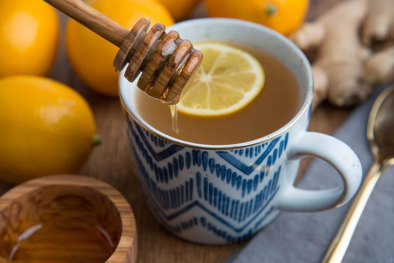Dùng mỗi ngày 1 - 2 ly nước mật ong ấm không chỉ hỗ trợ điều trị bệnh viêm đại tràng mà còn giúp ổn định cho hệ tiêu hóa