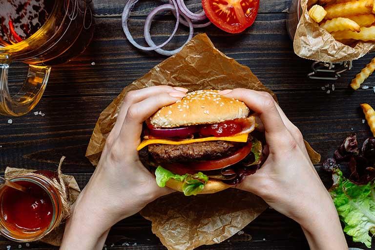 Người bị viêm đại tràng cần loại bỏ thức ăn nhanh, thức nhiều dầu mỡ,... khỏi thực đơn ăn uống hằng ngày