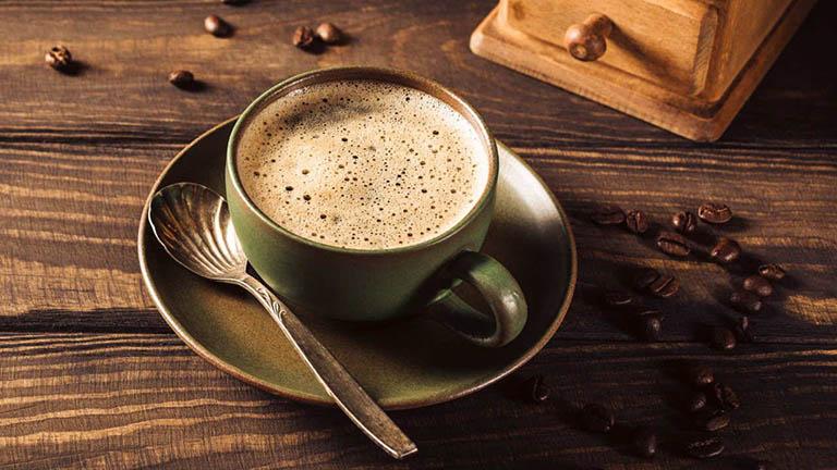 Chuyên gia dinh dưỡng khuyến cáo người bị viêm đại tràng cần loại bỏ thói quen dùng nhiều cà phê hay chất kích thích nếu không mong muốn bệnh trở nặng