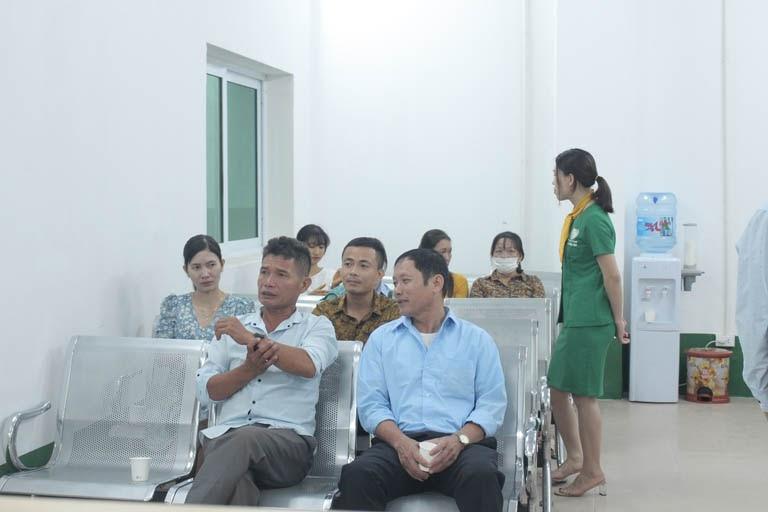 Bệnh nhân ngồi đợi làm thủ tục điều trị tại Bệnh viện Tai Mũi Họng Quân Dân 102