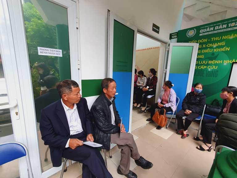 Bệnh nhân tại bệnh viện Quân dân 102 chờ khám bác sĩ Phương