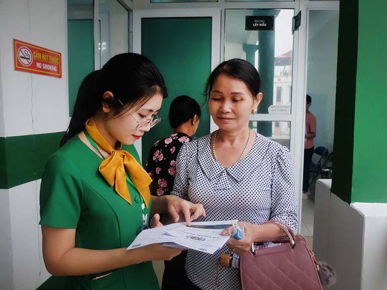Nhân viên tại Bệnh viện chỉ dẫn chu đáo cho người bệnh