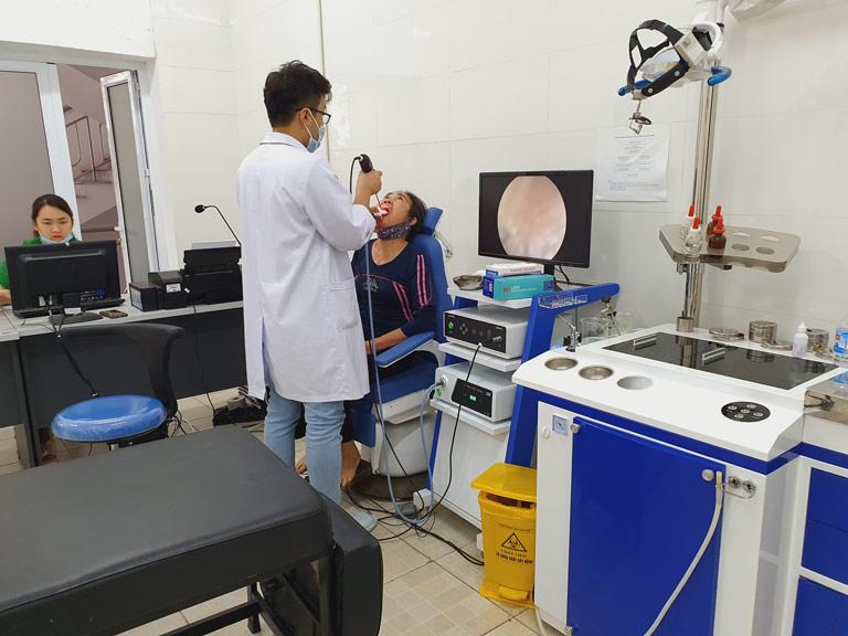 Tiến hành nội soi họng để đánh giá tình trạng viêm amidan
