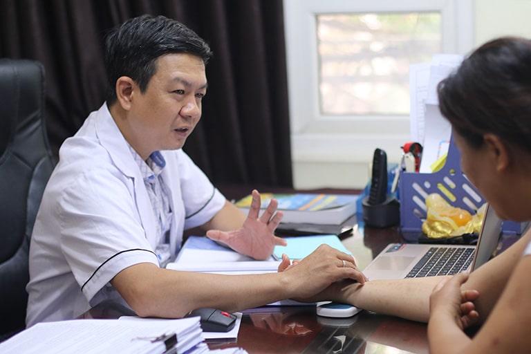 Cô Thảo dược lương y Đỗ Minh Tuấn thăm khám