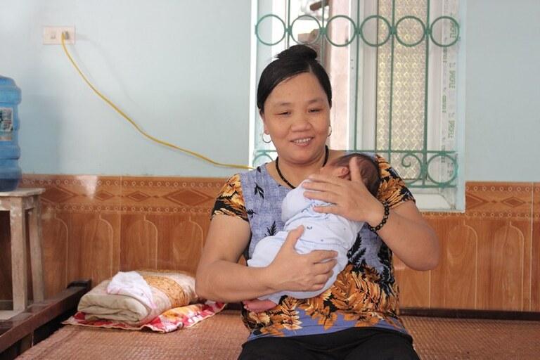 Nụ cười hạnh phúc của mẹ khi được bế cháu trên tay