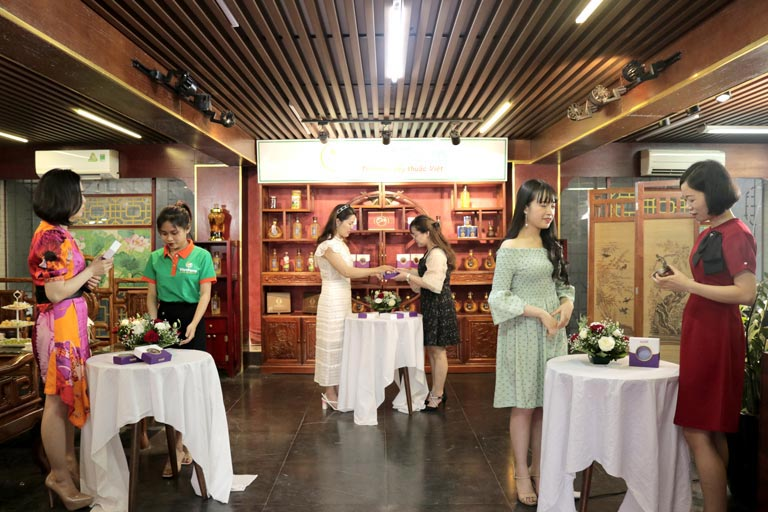 Các khách mời tham dự tham quan showroom và trải nghiệm thực tế sản phẩm Saffron Vietfarm