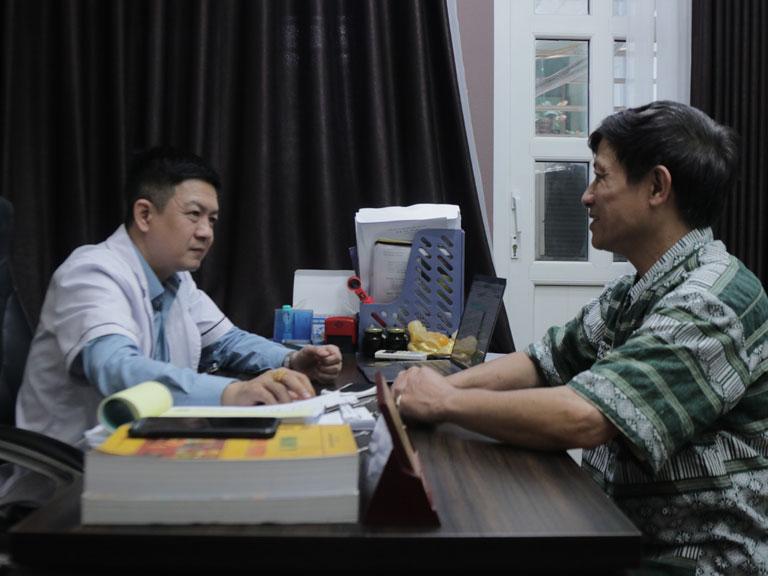 Chú Sử được lương y Tuấn thăm khám và tư vấn điều trị