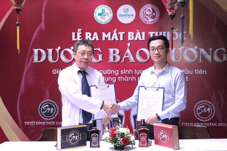 BS Tuấn ký kết hợp tác với đại diện Nhất Nam Y Viện phát triển bài thuốc Dương Bảo Vương