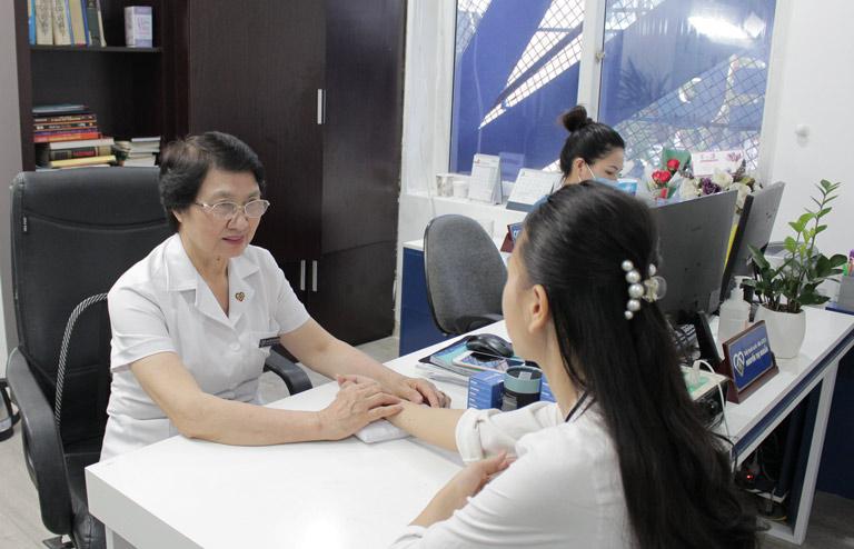 Bác sĩ Nhuần thăm khám và tư vấn cho chị Trang về phương pháp trị mụn