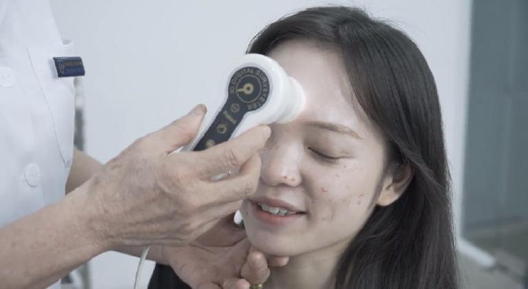 Mỗi lần tái khám, bác sĩ đều kiểm tra tình trạng da rất cẩn thận