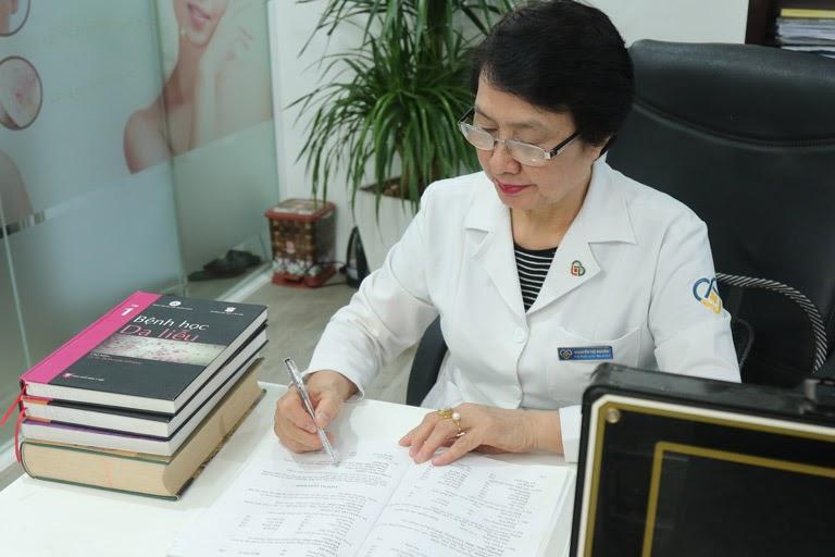Hình ảnh bác sĩ Nguyễn Thị Nhuần đang nghiên cứu, trau dồi kiến thức chuyên môn