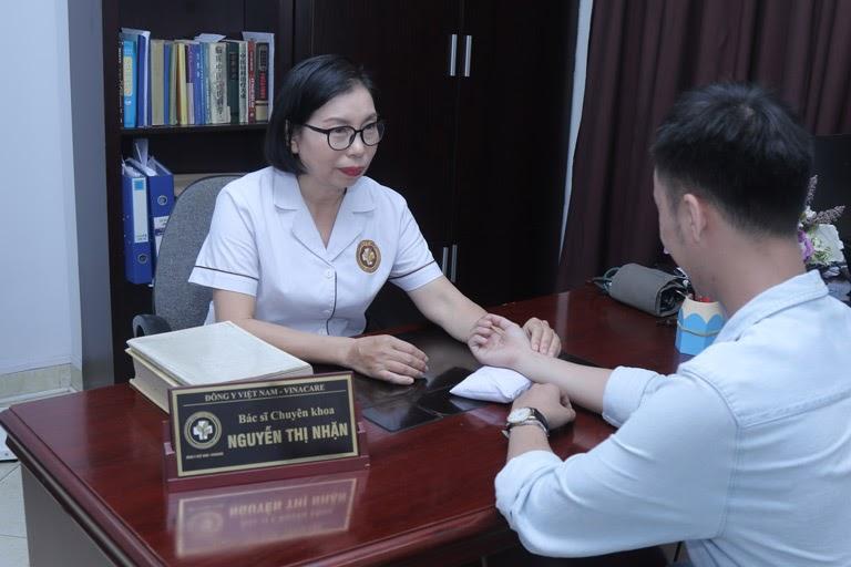 Bác sĩ Nhặn thăm khám cho bệnh nhân
