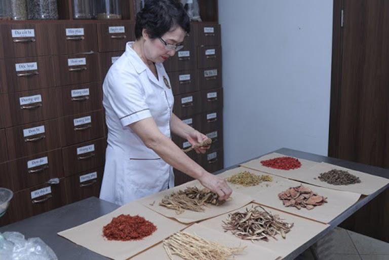 Bác sĩ Nhuần kê đơn, bốc thuốc chữa bệnh cứu người tại Viện Da liễu Hà Nội Sài Gòn