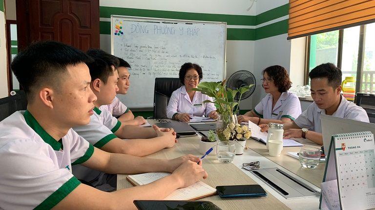 Kỹ thuật viên Nguyễn Đức Luận trong cuộc họp chia sẻ kiến thức chuyên môntại Đông phương Y pháp