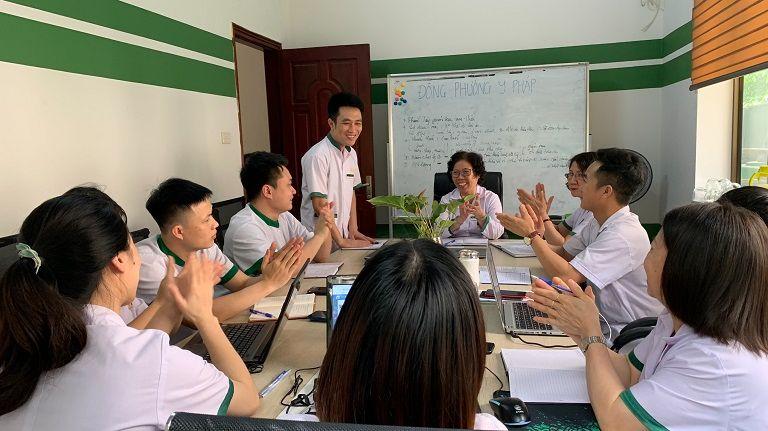 BS Doãn Hồng Phương cùng đồng nghiệp trong cuộc họp tìm ra phác đồ điều trị tối ưu nhất
