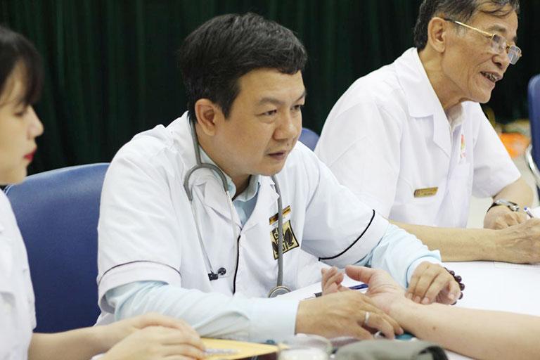Lương y Đỗ Minh Tuấn tích cực tham gia công tác khám chữa bệnh, hợp tác cùng các hội