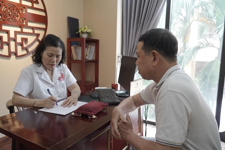 Bác sĩ Nguyễn Thị Vân Anh khám và tư vấn trực tiếp cho anh Lưu Tiến Dũng