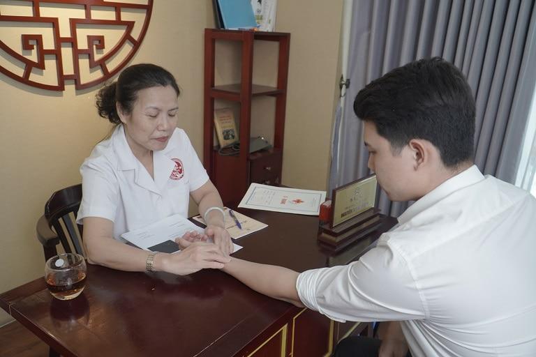 Bác sĩ Nguyễn Thị Vân Anh khám cho bệnh nhân tại Nhất Nam Y Viện