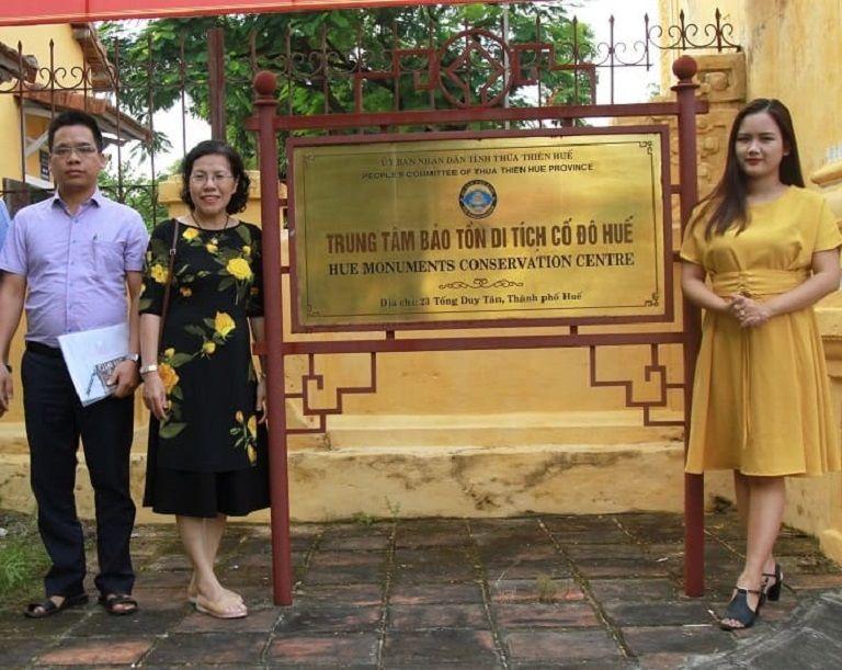 Bác sĩ Nguyễn Thị Vân Anh cùng đội ngũ chuyên gia đến Huế để sưu tầm tài liệu về Thái Y Viện triều Nguyễn