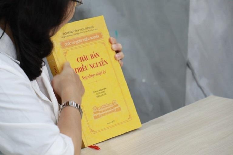 Bác sĩ Nguyễn Thị Vân Anh cầm trên tay cuốn Châu Bản Triều Nguyễn - Ngự Dược Nhật Ký