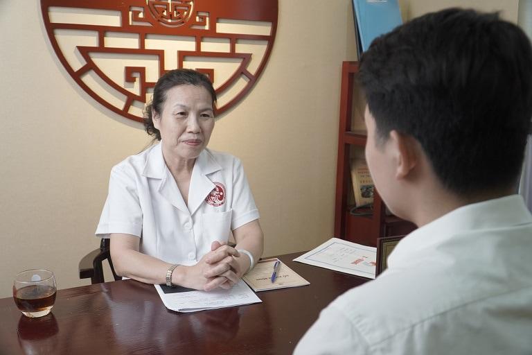 Tiến sĩ, Bác sĩ chuyên khoa II Nguyễn Thị Vân Anh thăm khám và tư vấn cho bệnh nhân
