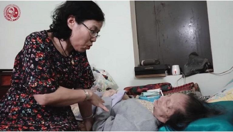 Bác sĩ Nguyễn Thị Vân Anh gặp cụ Lê Thị Dinh - cung nữ cuối cùng của triều Nguyễn